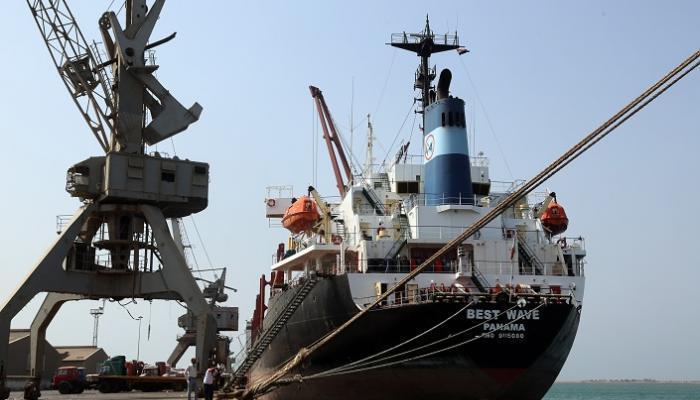 61-170913-ship-fuel-up-the-port-of-hodeidah-yemen_700x400